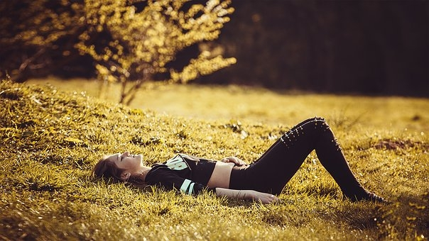 girl-lying-on-the-grass-1741487  340